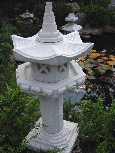 Vogelhaus auf Säule japanische Steinlaterne