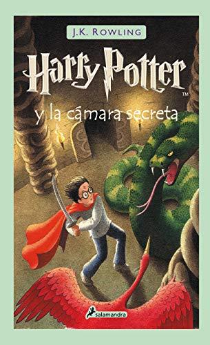 """51FRnTPL2bL Harry Potter y la cámara secreta, el segundo volumen de la ya clásica serie de novelas fantásticas de la autora británica J.K. Rowling. «Hay una conspiración, Harry Potter. Una conspiración para hacer que este año sucedan las cosas más terribles en el Colegio Hogwarts de Magia y Hechicería.» El verano de Harry Potter ha incluido el peor cumpleaños de su vida, las funestas advertencias de un elfo doméstico llamado Dobby y el rescate de casa de los Dursley protagonizado por su amigo Ron Weasley al volante de un coche mágico volador. De vuelta en el Colegio Hogwarts de Magia y Hechicería, donde va a empezar su segundo curso, Harry oye unos extraños susurros que resuenan por los pasillos vacíos. Y entonces empiezan los ataques y varios alumnos aparecen petrificados... Por lo visto, las siniestras predicciones de Dobby se están cumpliendo.... Tras su publicación, la crítica dijo...«Creo sinceramente que todos los aficionados a la fantasía deberían precipitarse hacia la librería más cercana en busca de su Harry Potter.»Pau Joan Hernàndez, Avui «No parece muy arriesgado recurrir al tópico para afirmar que el libro de Rowling marcará un antes y un después en la literatura fantástica europea.»Eva Piquer, El Periódico «Quédense con este nombre: Harry Potter. Pertenece a un niño de 10 años, desgarbado y con gafas e identificable por una cicatriz con forma de rayo en la frente... Tan solo hay que añadir que estamos ante uno de esos libros que cuando un padre se lo lee a un hijo, éste ha de recordarle que, por favor, lo haga en voz alta.»Luis Conde-Salazar, El Mundo «Harry Potter y la cámara secreta es el segundo libro de la serie de Joanne Rowling y, al contrario de muchas otras """"segundas partes"""", es tan bueno como el libro anterior.»The Times Literary Supplement"""