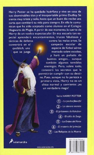 51Fh7ZzUipL Harry Potter y la piedra filosofal es el primer volumen de la ya clásica serie de novelas fantásticas de la autora británica J.K. Rowling. «Con las manos temblorosas, Harry le dio la vuelta al sobre y vio un sello de lacre púrpura con un escudo de armas: un león, un águila, un tejón y una serpiente, que rodeaban una gran letra H.» Harry Potter nunca ha oído hablar de Hogwarts hasta que empiezan a caer cartas en el felpudo del número 4 de Privet Drive. Llevan la dirección escrita con tinta verde en un sobre de pergamino amarillento con un sello de lacre púrpura, y sus horripilantes tíos se apresuran a confiscarlas. Más tarde, el día que Harry cumple once años, Rubeus Hagrid, un hombre gigantesco cuyos ojos brillan como escarabajos negros, irrumpe con una noticia extraordinaria: Harry Potter es un mago, y le han concedido una plaza en el Colegio Hogwarts de Magia y Hechicería. ¡Está a punto de comenzar una aventura increíble!