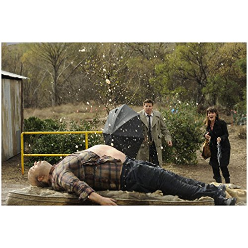 Bones (TV Series 2005 - ) 8 inch x 10 inch Photo Emily Deschanel & David Boreanaz w/Umbrella as Man's Body Explodes kn