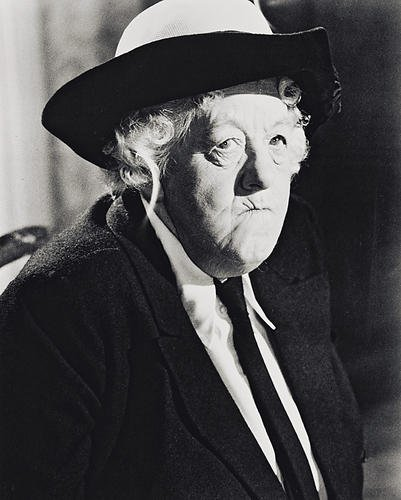 Moviestore Margaret Rutherford als Miss Jane Marple in Murder at the Gallop 50x40cm Schwarzweiß -Foto