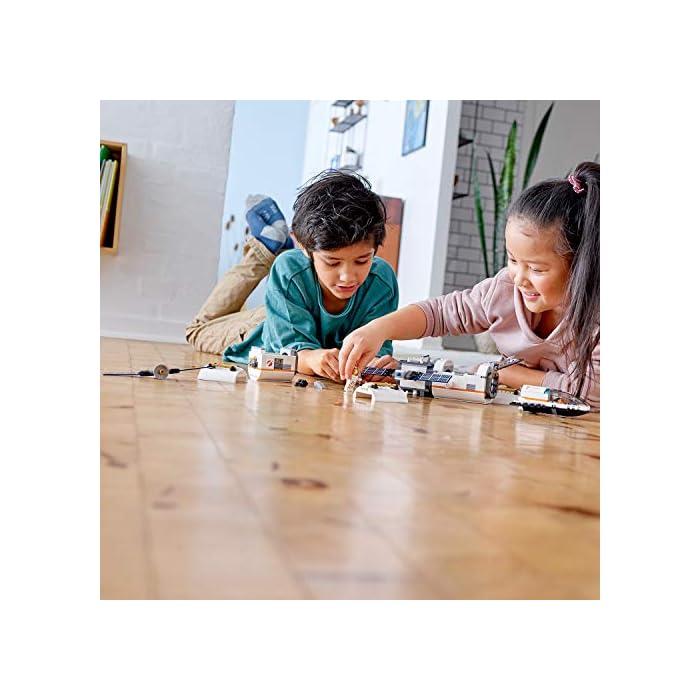 51GgEr2yUmL Incluye 4 minifiguras LEGO City: 2 astronautas y 2 miembros del equipo; incluye también una figura de un robot. Este set de juguetes inspirado en una estación espacial se compone de 3 módulos desmontables con techos también desmontables: un módulo de descanso y entrenamiento con cinta, cama antigravedad y pantalla de televisión, un módulo de laboratorio con ladrillo luminoso y herramientas de investigación, y un módulo de cocina con plantas y horno de pizza; cuenta además con un compartimento hermético central. Los módulos se pueden organizar de diferentes maneras alrededor del compartimento hermético central o sobre él. Este set de juguetes de astronautas basado en los equipos que usa la NASA incluye también un satélite desmontable con paneles solares plegables y una lanzadera espacial desmontable con espacio de carga y cabina abatible.