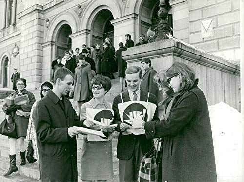 (Vintage photo of Dividend of election forms at Uppsala University: Fr.v. Leif Vindev229;g, Gunnel Waldenb228;ck, Roland Svensson, Kerstin Gustafsson and Guje Nellbrandt)