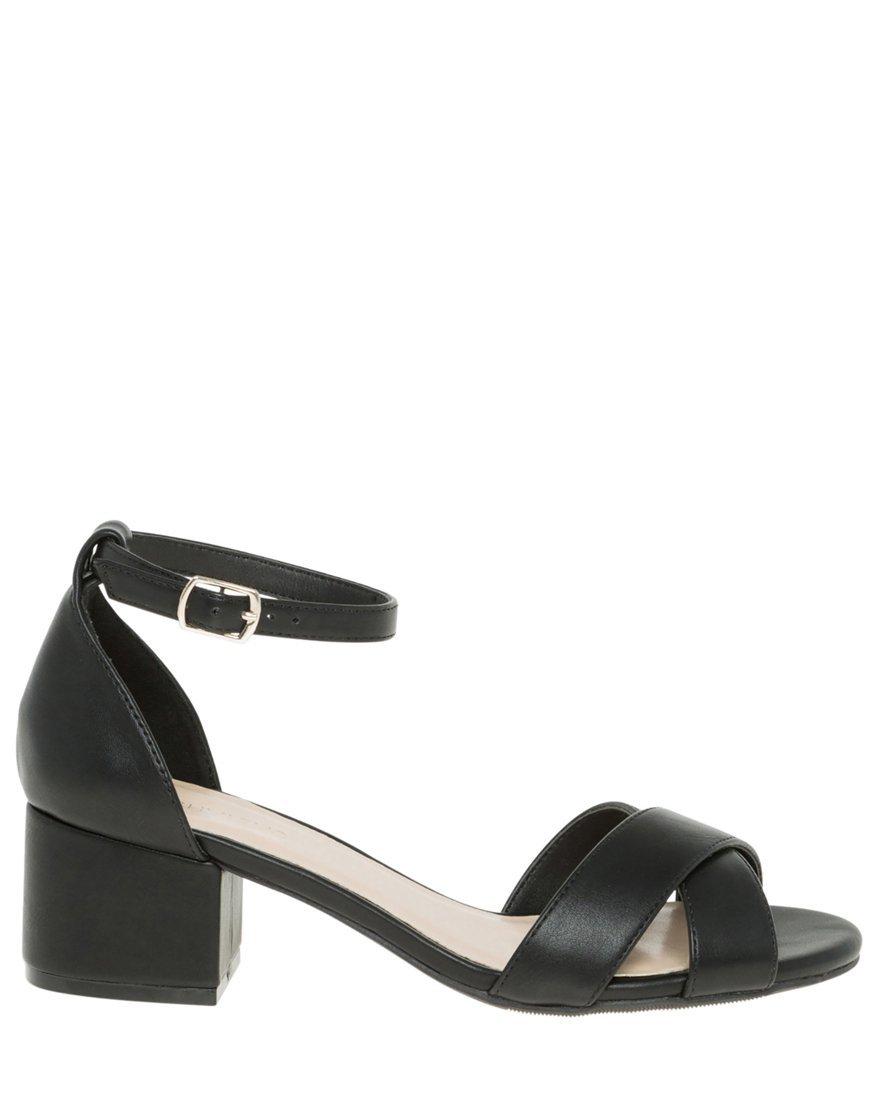 LE CHÂTEAU Women's Criss-Cross Ankle Strap Sandal,9,Black by LE CHÂTEAU