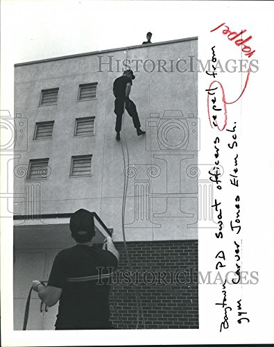 1983 Press Photo Baytown Texas Police Department Swat Team Repel from School - Baytown Of Texas Pictures