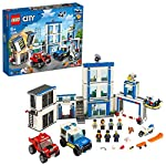 LEGO City StazionediPolizia, Set di Costruzioni per Bambini con 2 Camion Giocattolo, Mattoncini Sonori e Luminosi, un Drone e una Motocicletta, 60246  LEGO