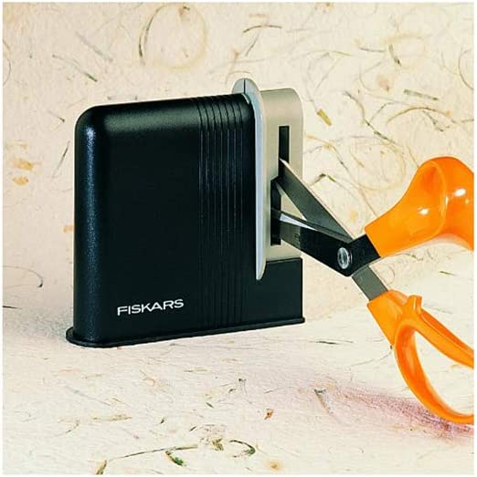 afilador para tijeras de color negro, de plastico, con tijeras rectas de color naranja
