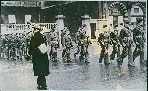 vintage-photo-of-american-soldiers-of-us-troops-marching-and-passing-a-london-bobby-in-inspection-pa