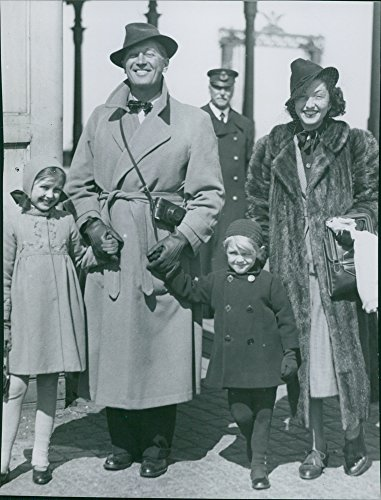 Vintage photo of Maurice Auguste Chevalier sand Nita Raya with two ()