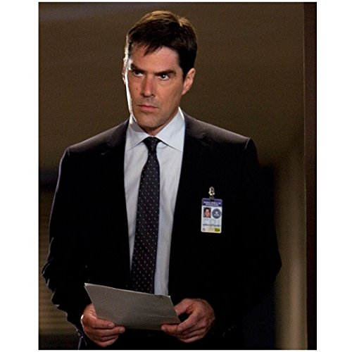 Criminal Minds 8 x 10 Photo Aaron Hotchner/Thomas Gibson Black Suit Polka Dot Tie Holding Papers Looking Serious kn