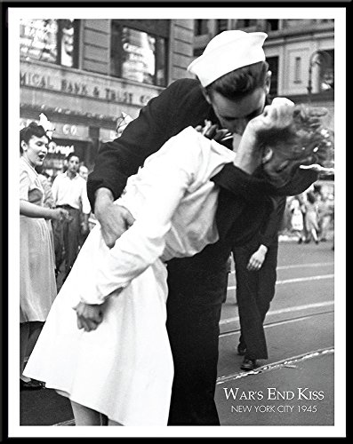 New York City War's End Kiss Kissing the War Goodbye Romance Vintage Photography Poster Print, 11x14 Framed (Wars Kiss End)