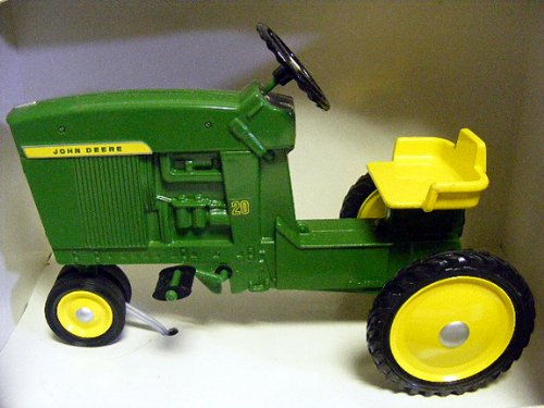 - ERTL 1/6th John Deere Die-Cast Model 20 Pedal Tractor