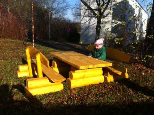 RUSTIKALE KINDERSITZGRUPPE AUS NADELHOLZ / Deutsche Handwerksqualität / 1,40 m- Länge / Sitzkapazität für 10 Kinder / lasiertes Holz in der Farbe - Kiefer oder Lärche