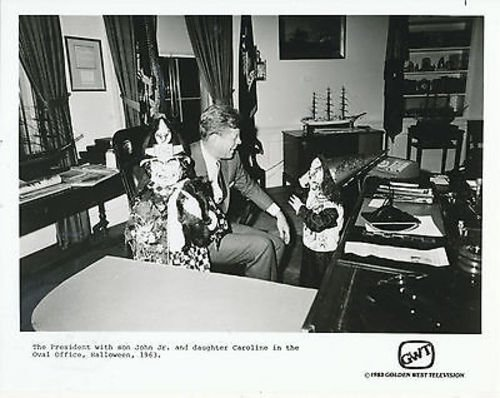 PRESIDENT JOHN F. KENNEDY/JOHN JR./CAROLINE/HALLOWEEN '63/8X10 COPY PHOTO BB9486
