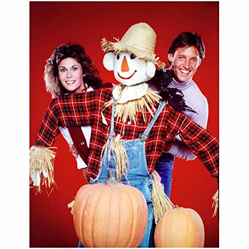 Kate Jackson Bruce Boxleitner 8x10 Photo Scarecrow & Mrs King Peeking Around a Scarecrow Pumpkins Red Background Wlo (Pumpkin Background)