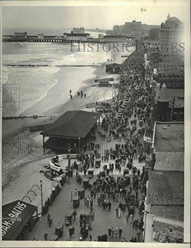 1933 Press Photo Easter Parade Crowd on Boardwalk in Atlantic City, New Jersey - Historic Images