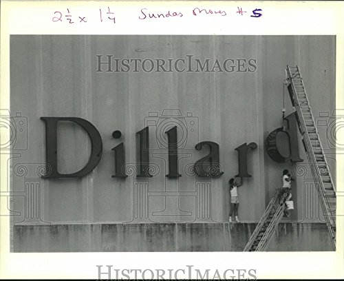 1990 Press Photo Crew Work On Dillard Department Store Signage   Noa88686