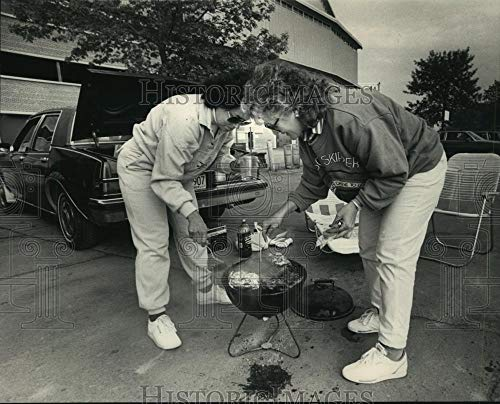 1988 Press Photo Milwaukee Brewers fans, Patty Becker & Geri Toetz tailgating.