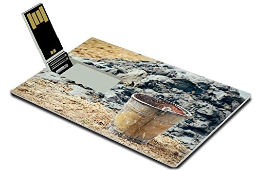 liili-32gb-usb-flash-drive-20-memory-stick-credit-card-size-old-rusty-bucket-in-the-field-by-the-pil