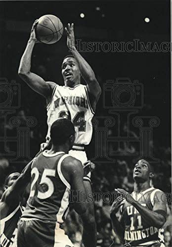 Vintage Photos 1989 Press Photo Marquette Basketball Player Tony Smith goes up to for a Shot