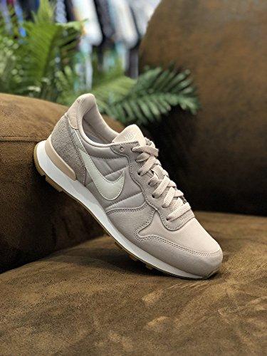 Nike 828407-004, Chaussures de Sport Femme Beige (Desert Sand/Summit White/Gum Light Brown 028)