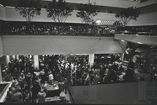 1980 Press Photo Interior crowd at opening of Hyatt Regency Hotel - mjb73215 - Historic Images