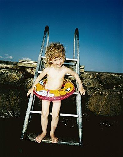 A Little Girl Wearing an hinchable anillo de pie sobre una ...