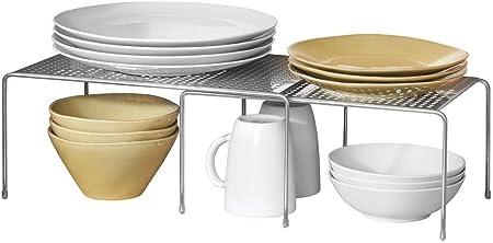 MÁS ESPACIO: Esta estantería de cocina crea una segunda superficie para apilar los platos. Optimice