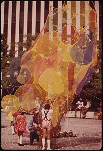 DOCUMERICA - Tom Hubbard - Spring And Summer 1973: Fountain Square In Downtown Cincinnati, Ohio Photo - Cincinnati Square Fountain Ohio