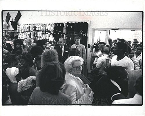 1982 Press Photo Coleman Young Mayor Kingsway Stores - - Kingsway Stores