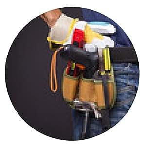 alfombrilla de ratón Primer plano de un trabajador con el cinturón de herramientas y casco contra la parte posterior del negro - ronda - 20cm