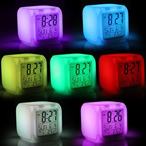 Jago Würfelwecker mit 8 Weckmelodien und elektronischem LED-Farbenspiel mit Snooze-Funktion und Temperaturanzeige in Grad, Celsius und Fahrenheit inkl. 12- und 24-Stunden-Anzeige