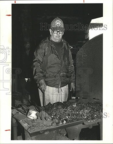Historic Images 1985 Press Photo Texas Blacksmith Norman Froehlich makes branding irons - 10 x 8 ()