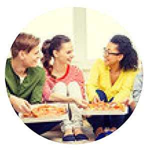 alfombrilla de ratón cinco adolescentes sonrientes comiendo pizza en casa - ronda - 20cm