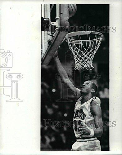 1989 Press Photo Cavaliers' Larry Nance vs Bulls - cvb64785 - 10.25 x 8 in. - Historic Images