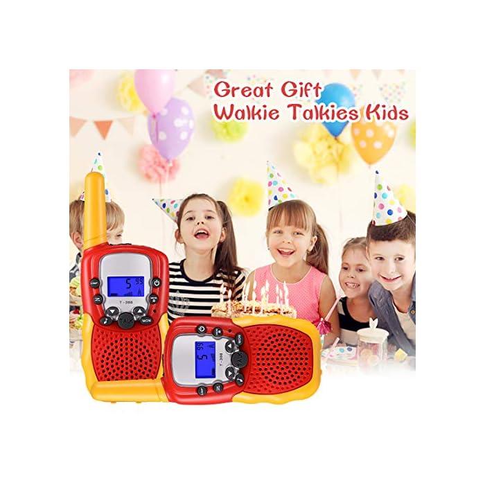51KTiN15VPL ☎ Regalo Perfecto para Niños: Walkie talkies el cuerpo pequeño y liviano permite que los niños sean fáciles de usar y solo 90 g por walkie talkie son fáciles de transportar, estos caben cómodamente en las manos de los niños con un diseño ergonómico. Un simple botón de pulsar para hablar hace que este juguete sea fácil de usar para más de 3,4,5,6 7 8 años, regalos de cumpleaños y vacaciones muy buenos. ☎ Función de sonido claro y bloqueo de teclas: nuestros walkie talkies para niños tienen una función de alerta de llamada genial, calidad de sonido nítida y suave con nivel de volumen ajustable. Equipado con función de bloqueo de teclas, no es fácil para los niños modificar los canales para mejorar la diversión de la interacción entre padres e hijos. NOTA: requiere 4 baterías AAA (no incluidas). ☎ Señal Constante de Largo Alcance: La situación puede ser monitoreo en tiempo real de niños, sistema de alarma inteligente antivandálico, etc. Manténgase en contacto con sus amigos y familiares, especialmente en actividades al aire libre, los mejores juguetes al aire libre para walkie talkies de niños y niñas.