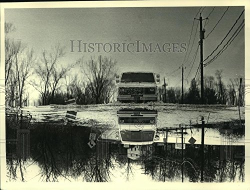 1986 Press Photo Truck driving on flooded Albany-Shaker Road, Colonie, New - Colonie Albany