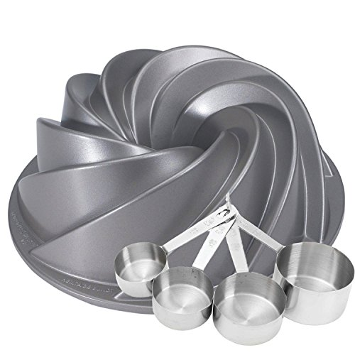 heritage-bundt-pan-with-bonus-measuring-cups