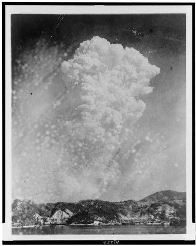 HistoricalFindings Photo: Unusual photo of Hiroshima bomb explosion 1945,Kure-shi