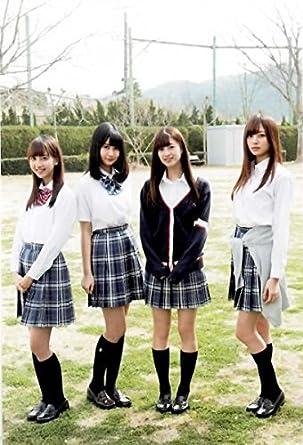 メンバーと4人で並ぶチェックの制服姿の梅澤美波の画像