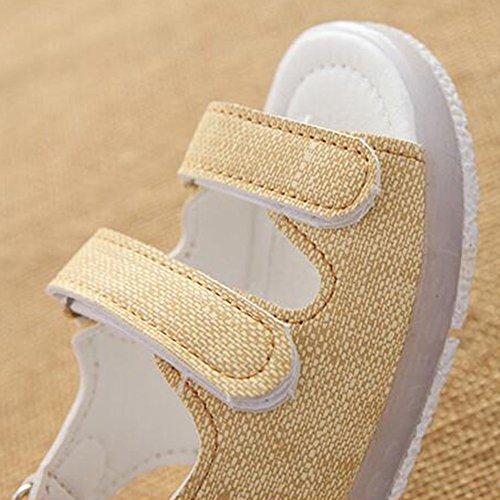 Las sandalias de las muchachas de los muchachos del niño ligero iluminan para arriba los zapatos blanco