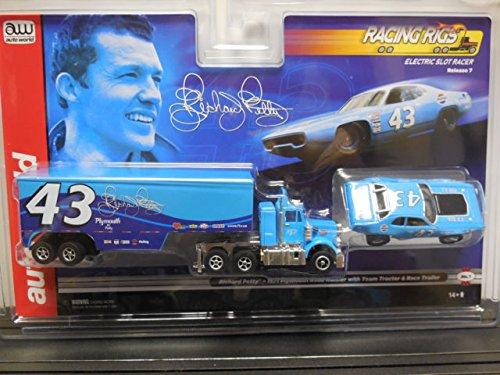 Auto World Richard Petty Racing Rigs 1971 Plymouth Road Runner with Team Tractor and Race Trailer ()