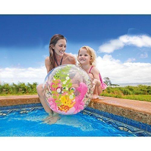Pelota grande para agua con cangrejo hinchable rosa en el centro ...