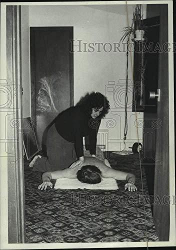 1980 Press Photo Helene Becker gives Shiatsu massage to client, Malta, New York