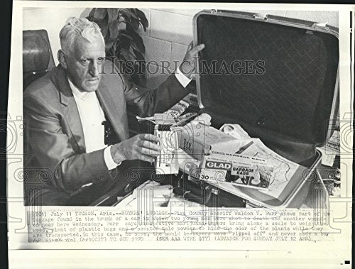 1970 Press Photo Sheriff Burr with luggage contents of car where 3 men were shot - 8 x 10.75 in. - Historic (Vintage Stamped Luggage)