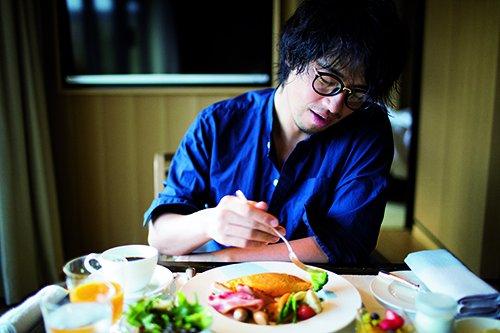 食事中の斎藤工