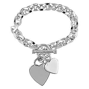 Pulsera de plata con eslabones ovalados y amuletos en forma de corazón y cierre de hebilla