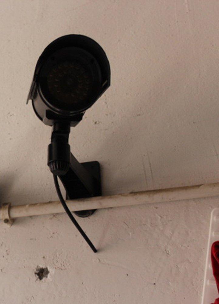 baliyinシミュレーション監視、ブラックフェイクカメラシミュレーションカメラ屋外と屋内使用可能ガンタイプベルト雨カバーと点滅ライト B07BGT5C13
