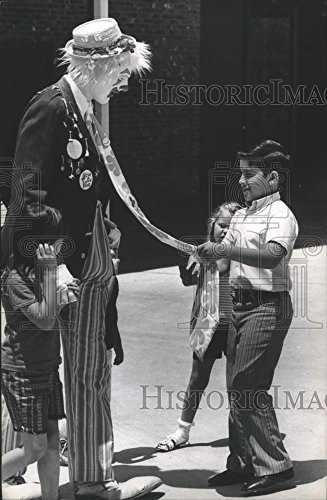 Anheuser Busch Gardens - 1971 Press Photo Kids With Clown At Anheuser Busch Gardens in Houston.
