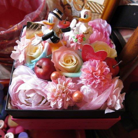 結婚祝い ディズニー フラワーギフト レインボーローズ プリザーブドフラワー ウェディング ドナルド デージー B プリザーブドフラワーフレンチbox入り 結婚祝いプレゼント記念日の贈り物におすすめのフラワーギフト B00F2L5BT2
